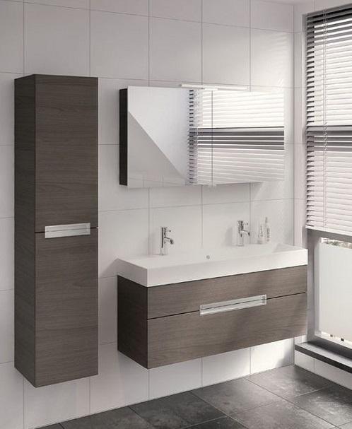 une colonne de salle de bain au mur