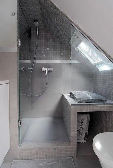 salle de bain avec fenetre dans la douche