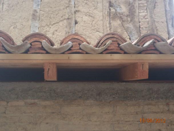 Mise en place d'un bouchonnage par des tuiles calées à sec par les Bâtisseurs d'Arcamont