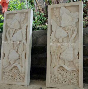 relief batu paras motif ikan mas koki