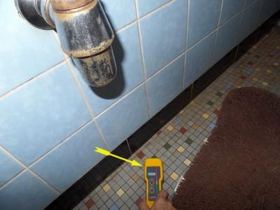 Ursache vom Schimmelschaden in der Ecke oben ist meist ein unbemerkter Wasserschaden im Bereich des alten WC