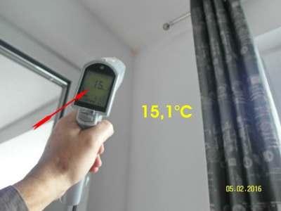 Baugutachten Baugutachter , Thermografie dunkle kalte Stelle unter der Attika, wegen Fehlstelle in der Dämmung vom Flachdach.