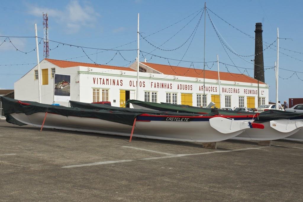 stillgelegte Walfabrik in Almas / Pico - heute eine Museum - davor die typischen Boote mit denen die Tiere gejagt wurden