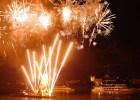 Feuerwerk am Nachthimmel über See