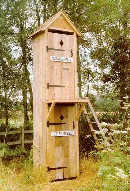 Holzhütte als Toilette in zwei Etagen