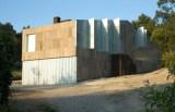Gebäude mit einer Fassade aus Korkplatten