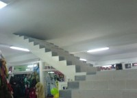 Betontreppe die oben in einer Betondecke endet