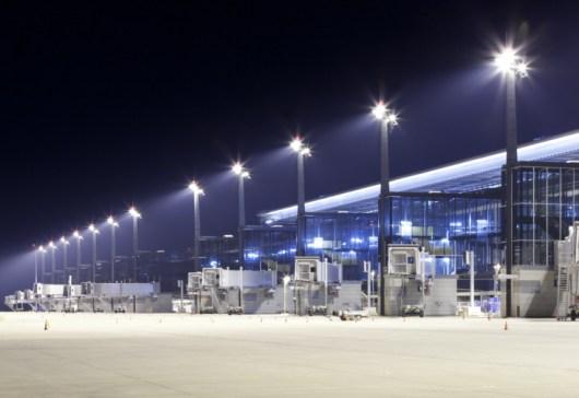 Flugfeld mit Gates des Willy-Brand-Flughafen Berlin Brandenburg bei Nacht