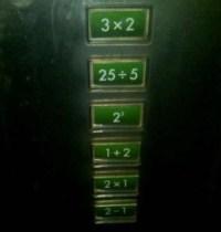 Aufzug mit Tasten mit mathematischen Formeln