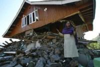Haus mit intaktem Dach und eingestürzten Außenwänden nach Erdbeben
