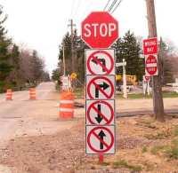 Straßenschild mit Richtungsangabe und Stop-Schild