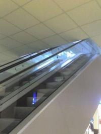 Rolltreppe die direkt unter einer Decke endet