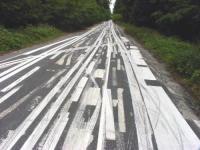 Straße mit chaotischer Markierung der Fahrbahnen