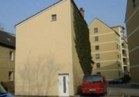 Eintönige Fassade mit einem kleinen Fenster und einer Eingangstür