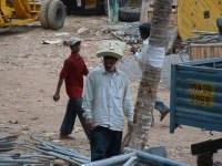Bauarbeiter mit Schaumstoffmatte statt Sicherheitshelm auf dem Kopf