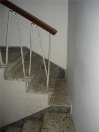 Treppenabsatz mit einer Mauer versperrt