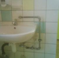 Wasserzulauf am Waschbecken über Rohr von oben