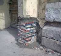 Bücher als Stütze einer Betonstütze Pfeiler