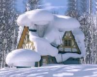 Haus mit übermäßig viel Schnee auf dem Dach