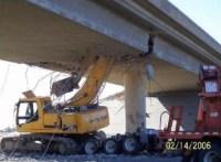 Bagger auf LKW reisst Brücke ein