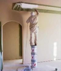 Maler steht auf drei Farbeimern