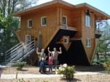 Haus steht auf dem Kopf im Tierpark Gettorf