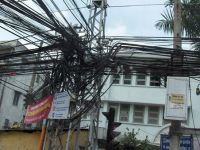 Stromleitungssalat an einer Straße