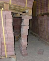 Stütze aus Pflastersteinen stützt Palette mit Pflastersteinen