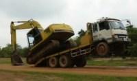 Bagger kippt Lastwagen beim Abladen