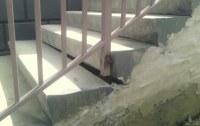 Betontreppe mit klaffender Fuge zwischen Stufen