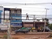 Mann steht auf Stromkabeln