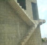 Schmale Treppe über 2 Etagen in gleichem Niveau