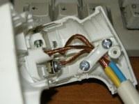 Nicht isolierte Leitung in einem Stecker