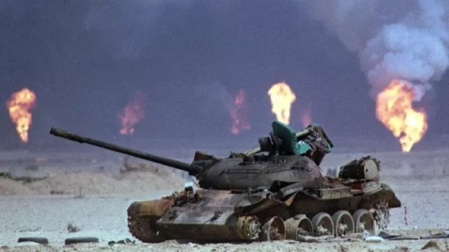دبابة الجيش العراقي مدمرة. في شهر آب عام 1991 انخرط التحالف في حرب ضد صدام حسين بعد غزو العراق للكويت © AP.