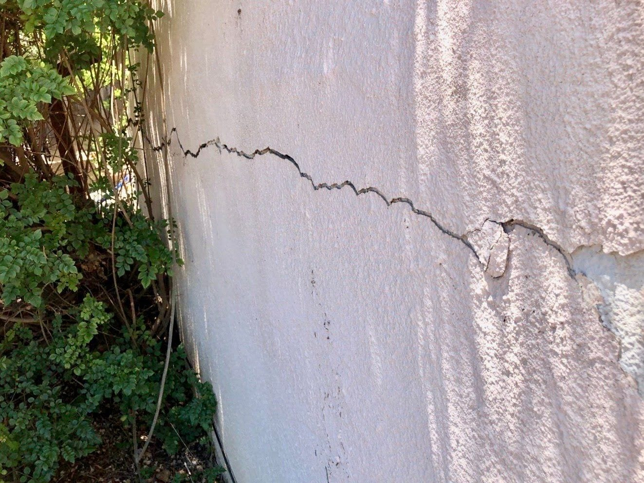 Exterior signs of foundation problems - horizontal cracks in walls