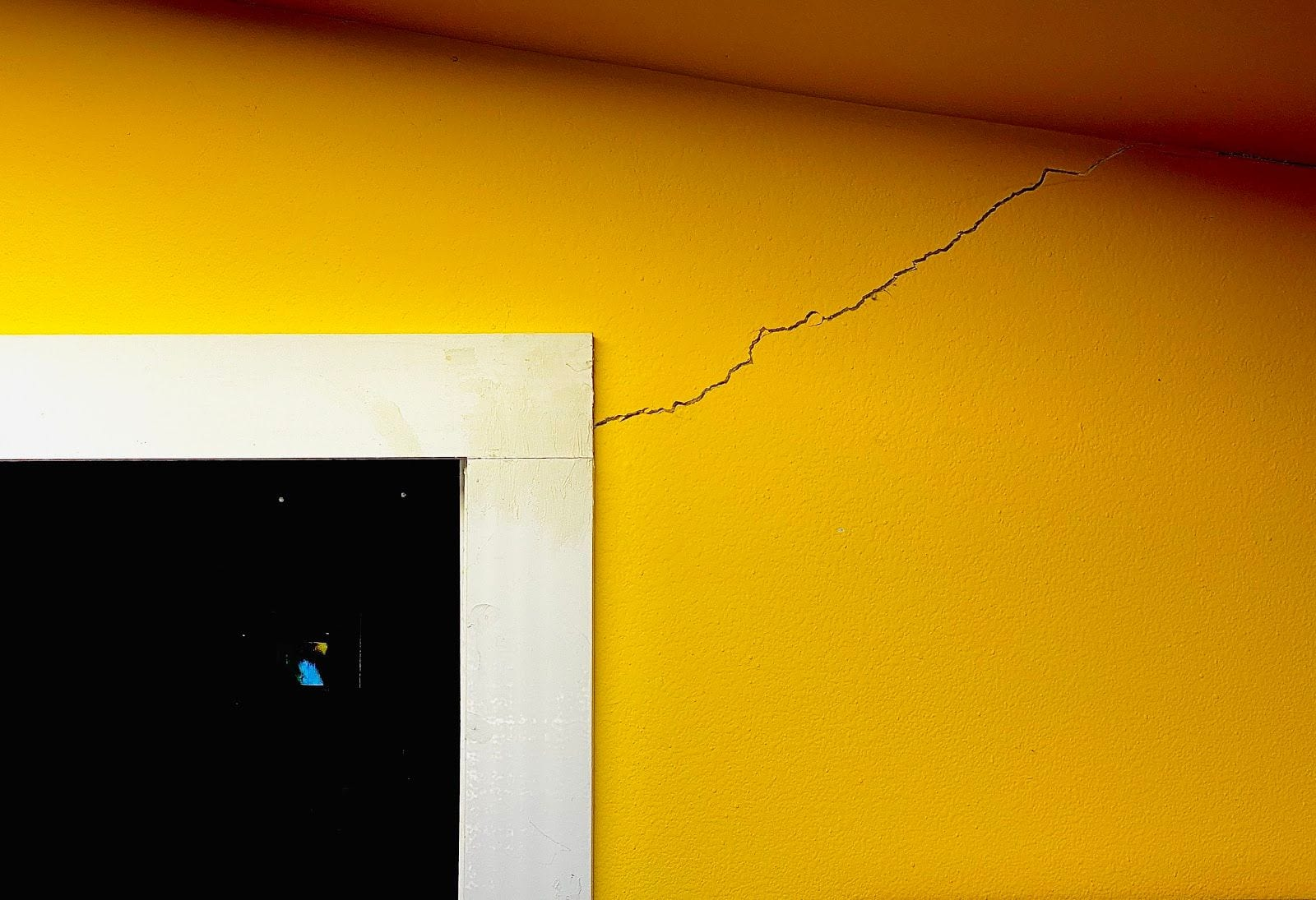 Interior signs of foundation problems - wall cracks (2)