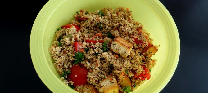 Couscous-Salat mit Tomate, Petersilie und Räuchertofu