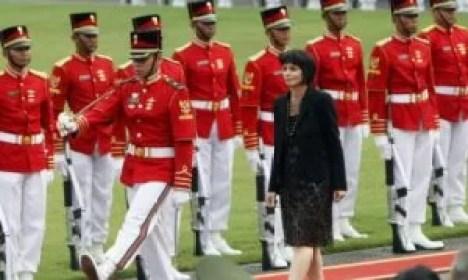 Die Bundespräsidentin der Schweiz Doris Leuthard beim Abschreitten der Ehrenformation bei Ihrem Besuch in Indonesien. Foto-Quelle: bazonline.ch