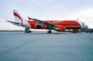 Airbus A320 (9M-AFA) der Air Asia Foto: Johnleemk