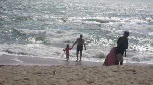 Vater und Tochter auf dem Weg ins Meer