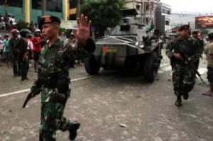 Panzer und bewaffnete Soldaten auf den Straßen Amon Foto: (Antara / Izaac Mulyawan) Fotoquelle: Jakarta Post