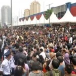 Massenpanik Bei Einführung des neuen Blackberry Smartphone in Jakarta