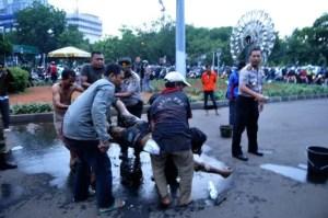 Helfer bringen den verletzten in ein Krankenhaus Foto: Jakarta Post
