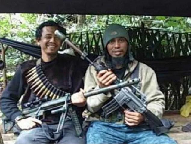 East Indonesien Mujahidin Terrorist Santoso alias Abu Wardah (rechts) hält ein Gewehr, flankiert von seinem Vertrauten Basri aka Bagong. (Thejakartapost.com/Tinombala Betrieb Task Force)
