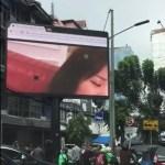 Porno auf einer Werbewand in Jakarta