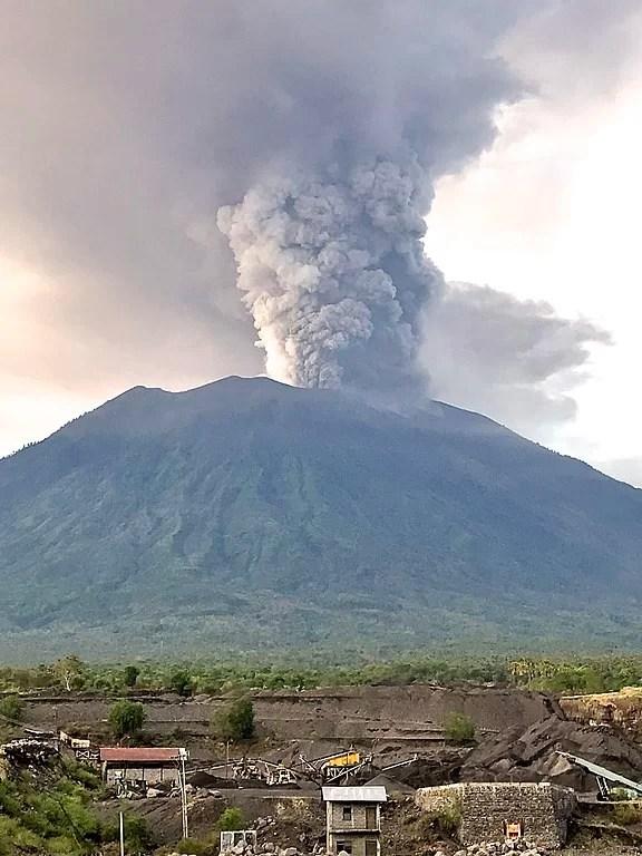 Flugchaos erreicht Jakarta / Mount Agung Ausbruch vom 27.11.2017 Foto: Wikipedia - by Michael W. Ishak to Delphine Ménard