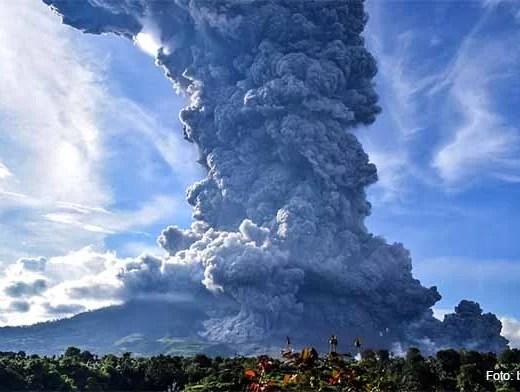 19 Kilometer hohe Aschewolke nach erneutem Ausbruch des Sinabung / Foto: blick.ch