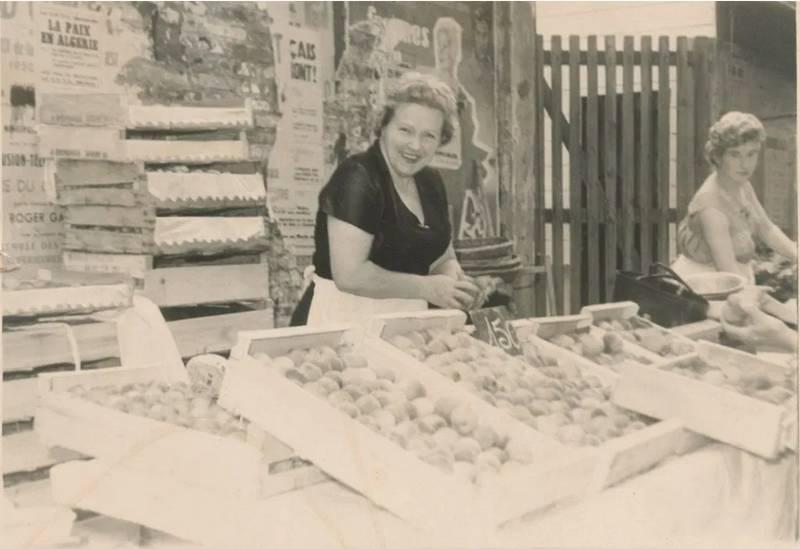 Yvonne et Francette aux anciennes Halles. Été 1960