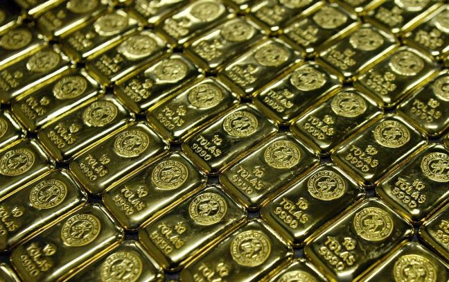 Gold soars to all-time high as dollar dive boosts safety rush 1
