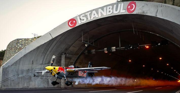 Italian stunt pilot breaks longest tunnel flight world record in Istanbul 1